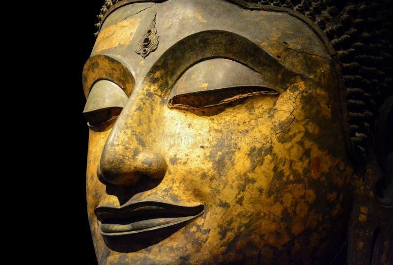 关闭在黑背景隔绝的古色古香的古铜色菩萨面孔,裁减路线 图库摄影