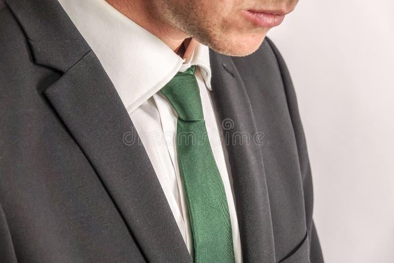 关闭在黑衣服的穿着体面的商人 免版税库存照片