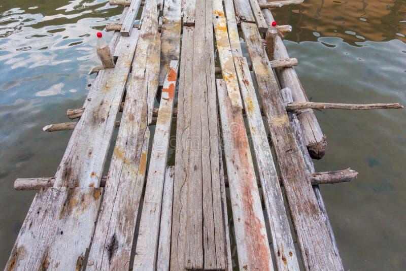 关闭在水、背景和textur的老木脚道路方式 图库摄影