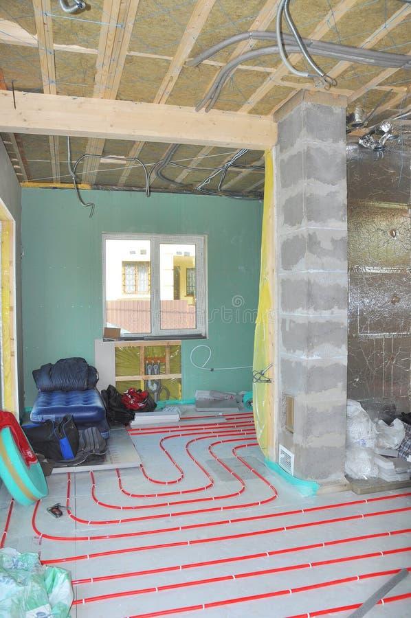 关闭在水地板采暖系统设施、内墙绝缘材料和隔声 库存照片
