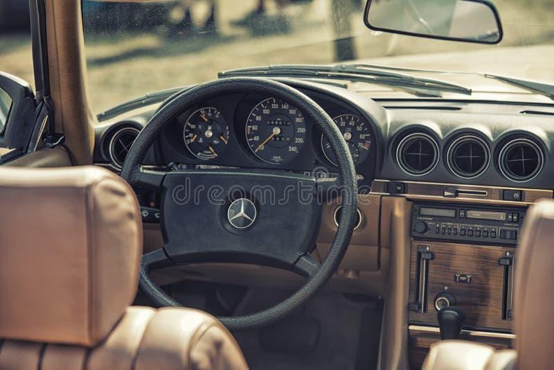 关闭在默西迪丝葡萄酒汽车方向盘和kockpit 库存照片