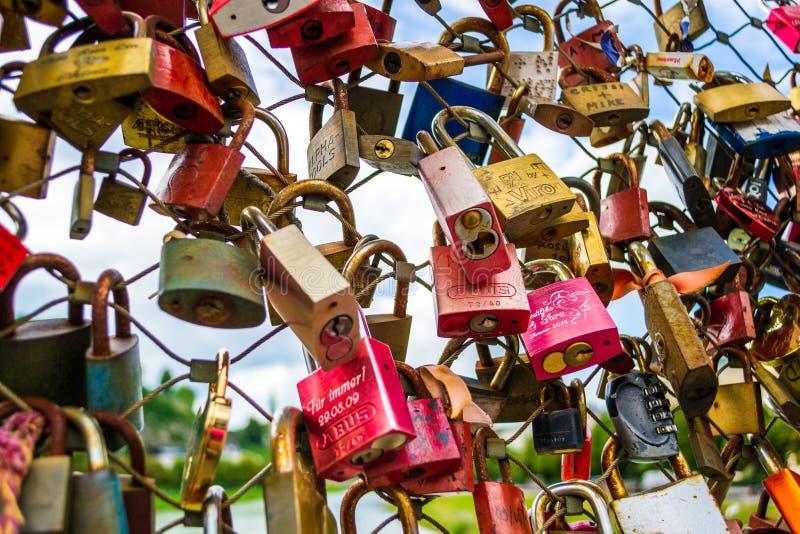 关闭在Markartsteg导线桥梁的挂锁在萨尔茨堡,奥地利 r 库存照片