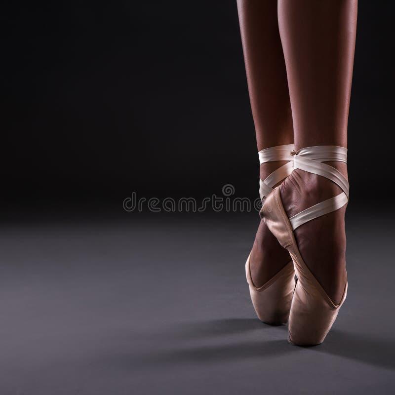 关闭在pointes ober灰色的芭蕾舞女演员腿 库存图片