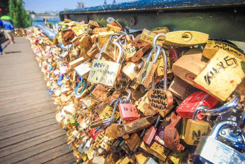 关闭在Pont de l'Archeveche的挂锁 免版税库存照片
