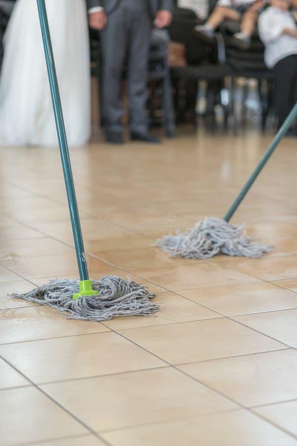 关闭地板与刮水器的清洗作用 清洁和洁净概念 所选的重点 垂直的照片 库存照片
