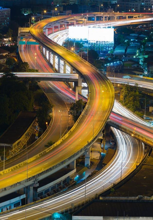 关闭城市高速公路天桥夜视图 图库摄影