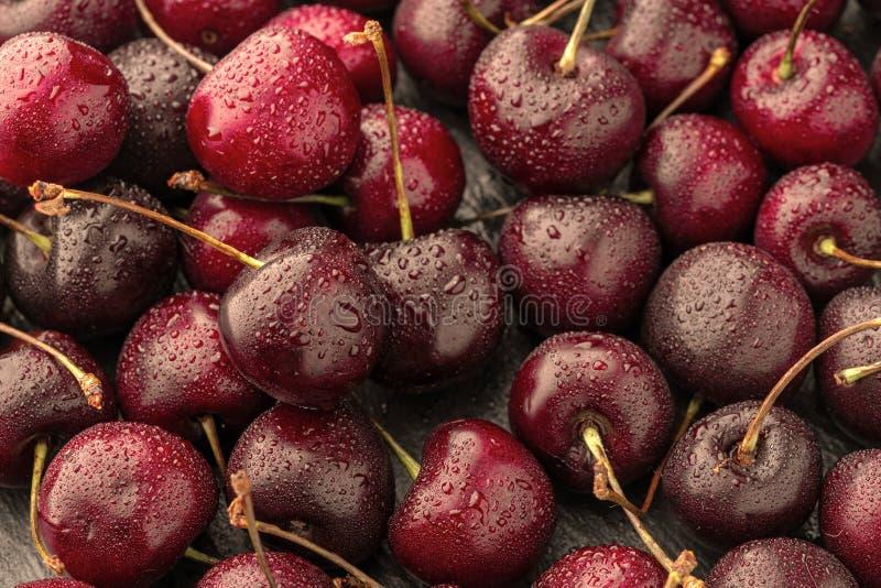 关闭堆与茎的成熟樱桃 新鲜的红色樱桃的大收藏量 成熟樱桃背景 库存图片
