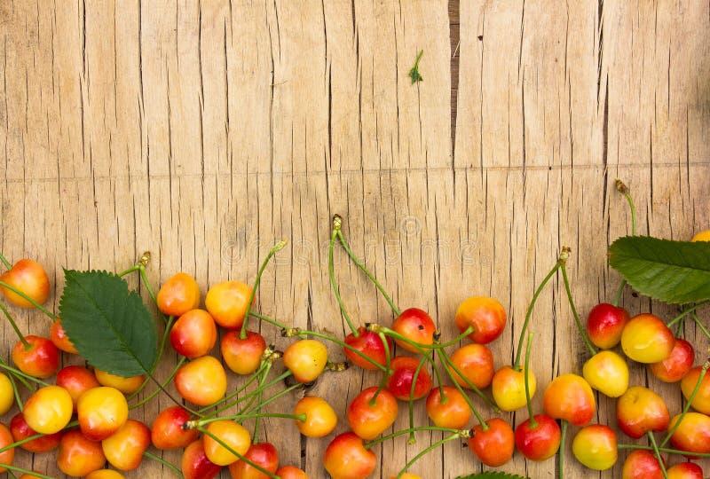 关闭堆与茎的成熟黄色樱桃 新鲜的黄色樱桃的大收藏量 成熟背景的樱桃 库存图片