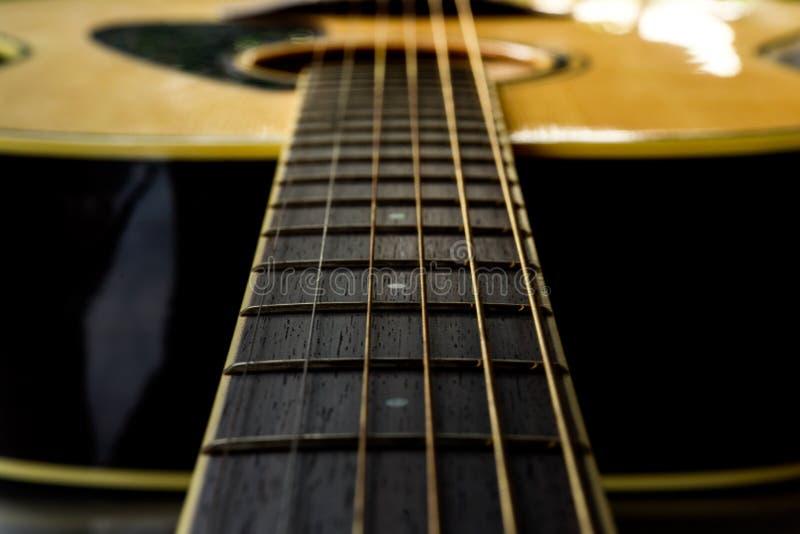 关闭声学吉他 免版税库存照片