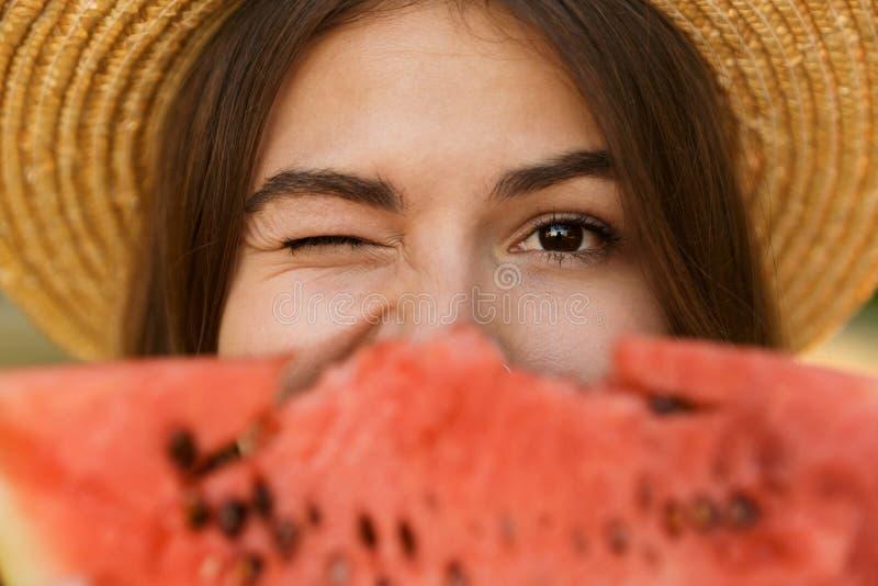 关闭夏天帽子消费时间的逗人喜爱的少女在同水准 库存照片
