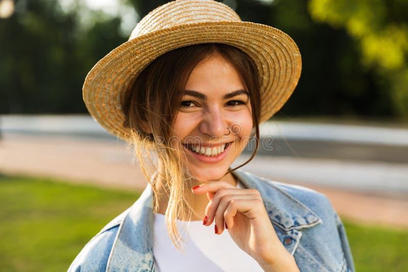 关闭夏天帽子的一个微笑的女孩 免版税库存照片