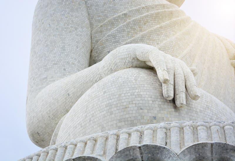关闭大白色大理石菩萨雕象手有多云天空背景,泰国 库存图片