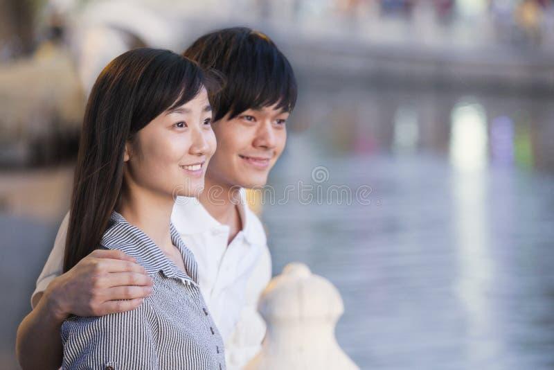 关闭夫妇由湖 免版税库存图片