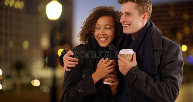 关闭夫妇饮用的咖啡画象在晚上 免版税图库摄影