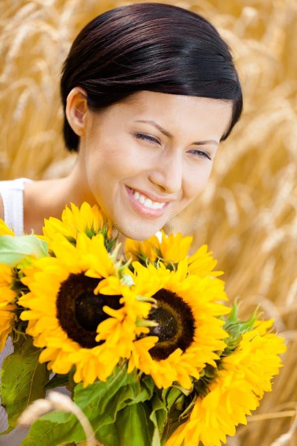 关闭女孩用在领域的向日葵 库存图片