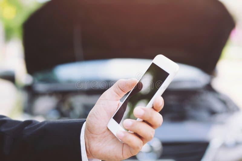 关闭女性手使用一个流动聪明的智能手机电话一位汽车修理师请求帮助协助电话 库存照片