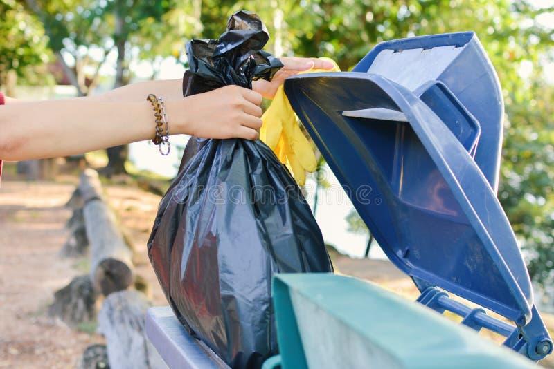 关闭女性手藏品容器袋子 免版税库存图片