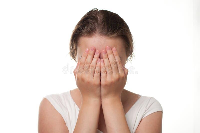 关闭她的面孔激动手哀痛或痛苦的女孩 库存照片