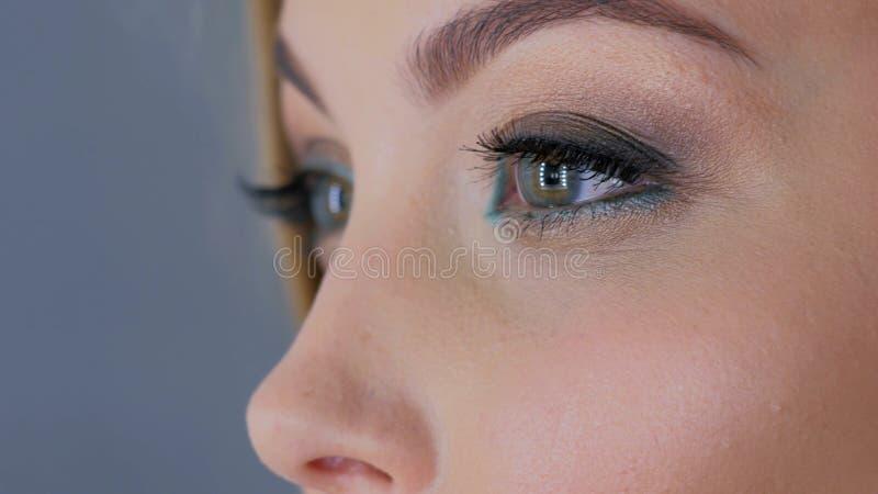 关闭妇女与专业构成的` s眼睛看法  免版税库存图片