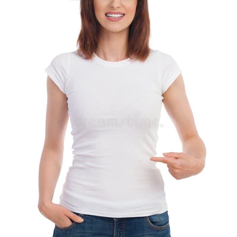 关闭妇女在白色T恤杉和指向手的` s躯干 免版税库存图片