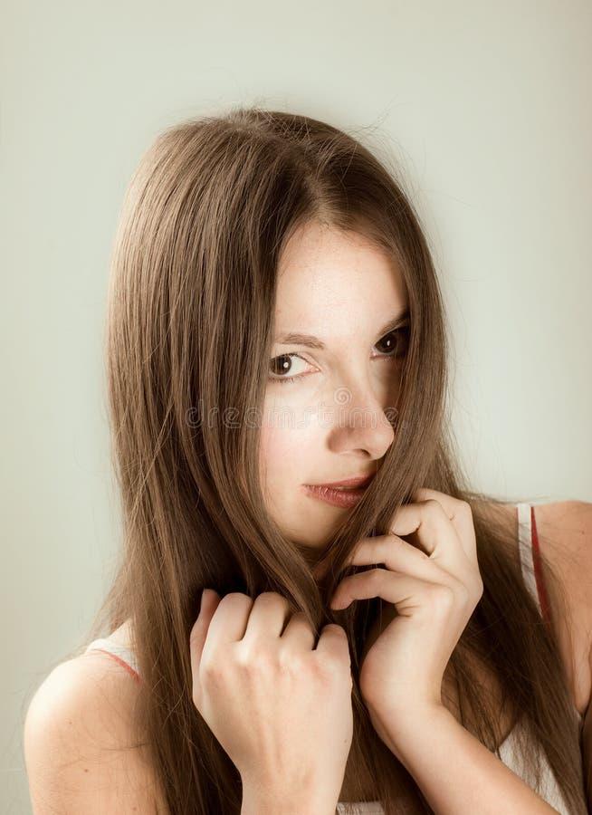 关闭妇女年轻人的纵向 免版税库存照片
