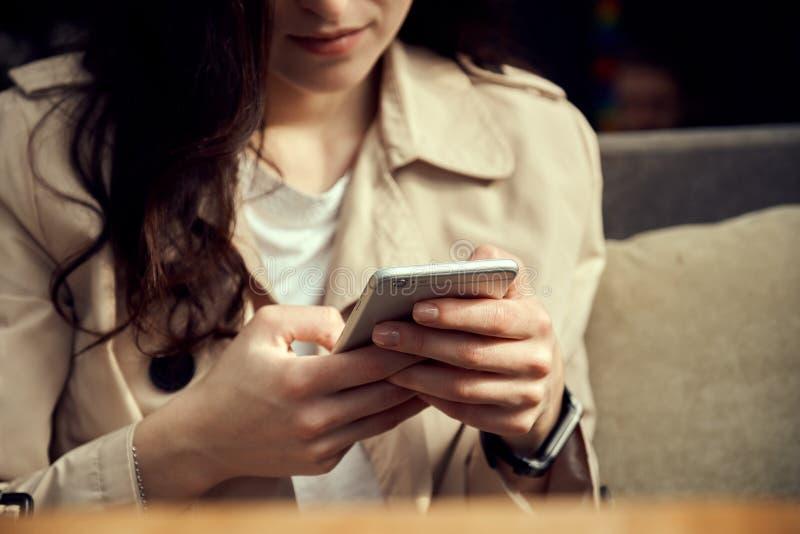 关闭妇女拿着智能手机的` s手 免版税图库摄影
