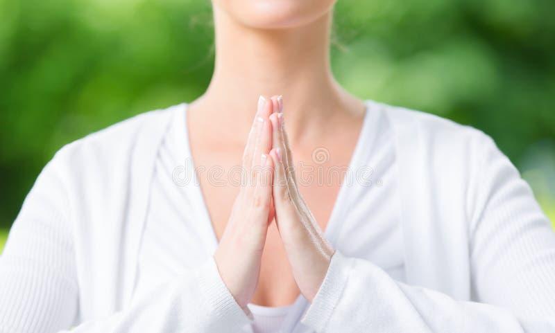 关闭妇女祷告打手势 库存照片