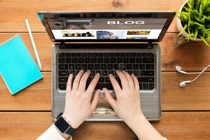关闭妇女blogging在膝上型计算机 免版税库存照片