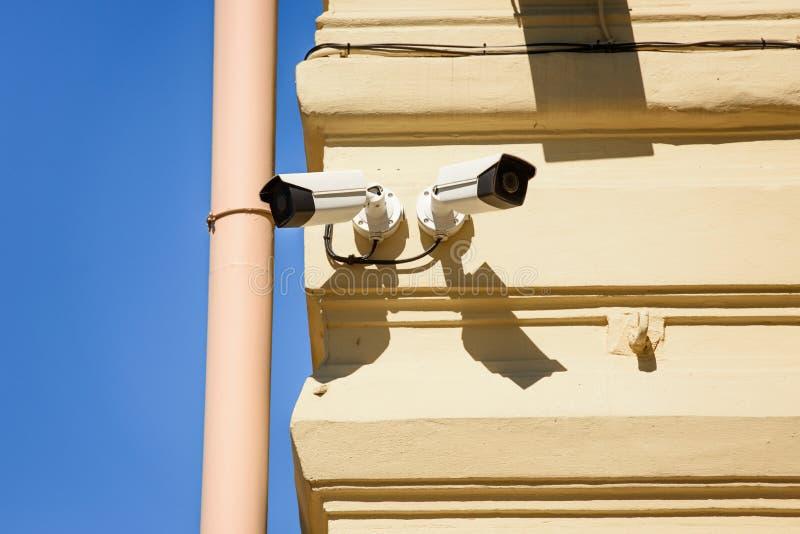 关闭安全监控相机看法在黄色的 库存图片