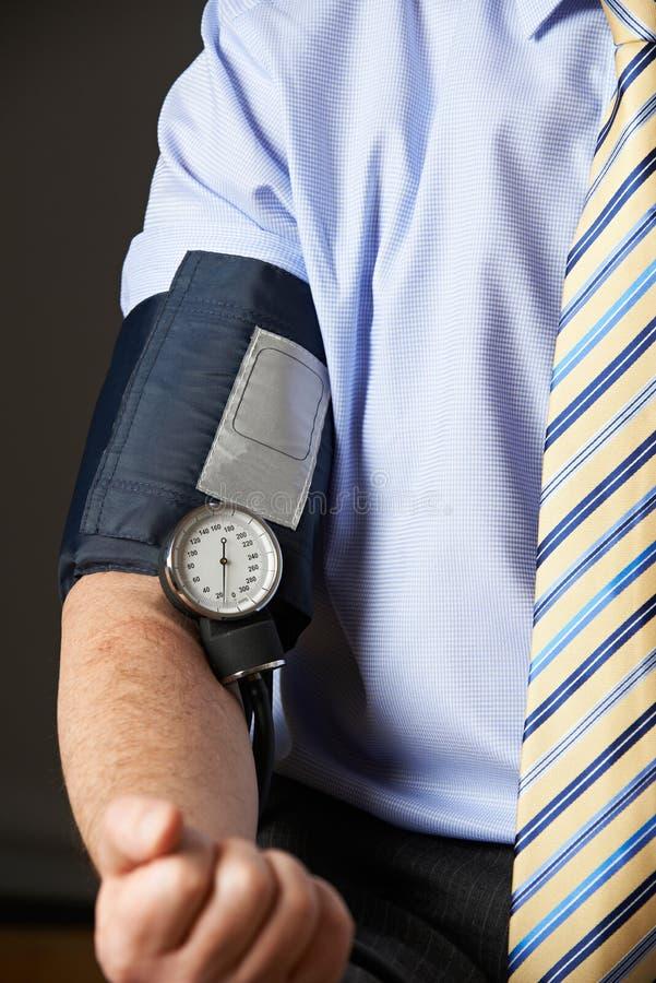 关闭安排的商人血液压力被检查 库存图片