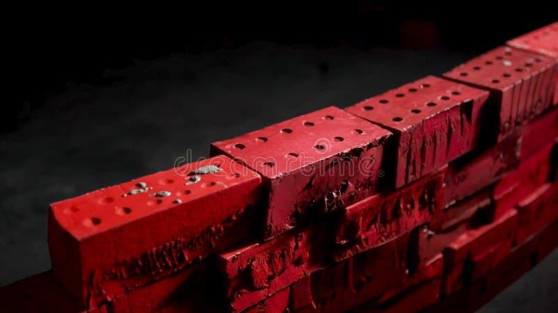 关闭安装水泥砖的工业瓦工在darc室 股票 自我发展的概念 创建 库存图片