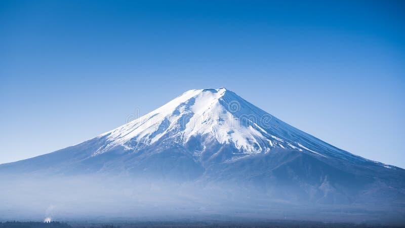 关闭富士山峰顶与美丽的清楚的天空的 图库摄影