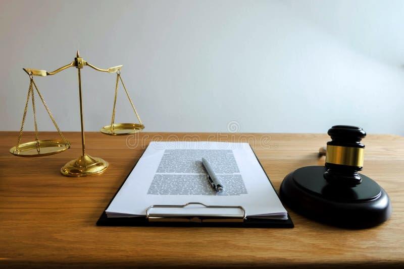 关闭对象法律概念 有正义律师的a法官惊堂木 免版税库存图片