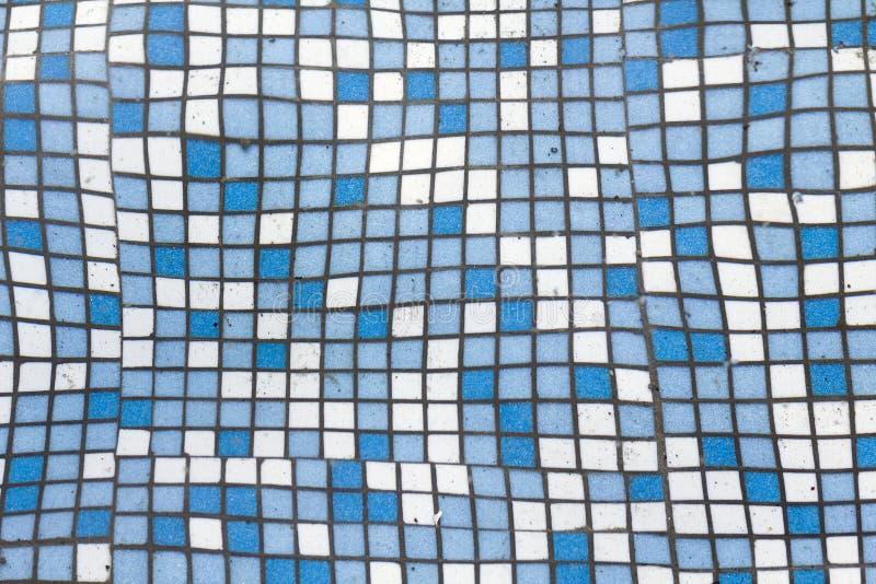 关闭小方形的蓝色和白色发光的陶瓷砖的图片 背景、卫生间和水池墙壁和地板设计 免版税库存图片