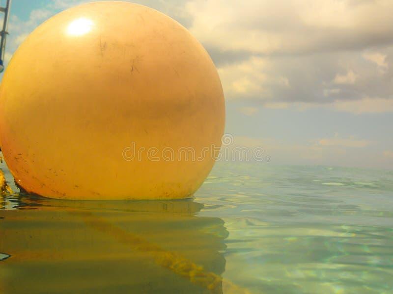 关闭小船的橙色浮游物 免版税库存图片