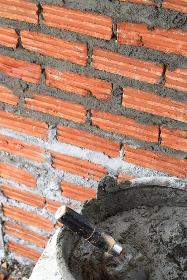 关闭工业瓦工和灰浆水泥砖 库存照片
