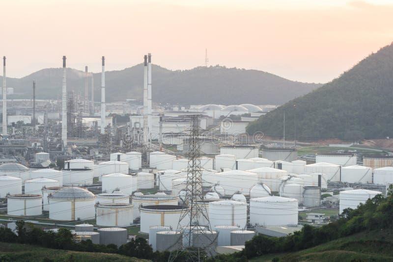 关闭工业看法在炼油厂植物形式有日出和多云天空的产业区域 免版税库存照片