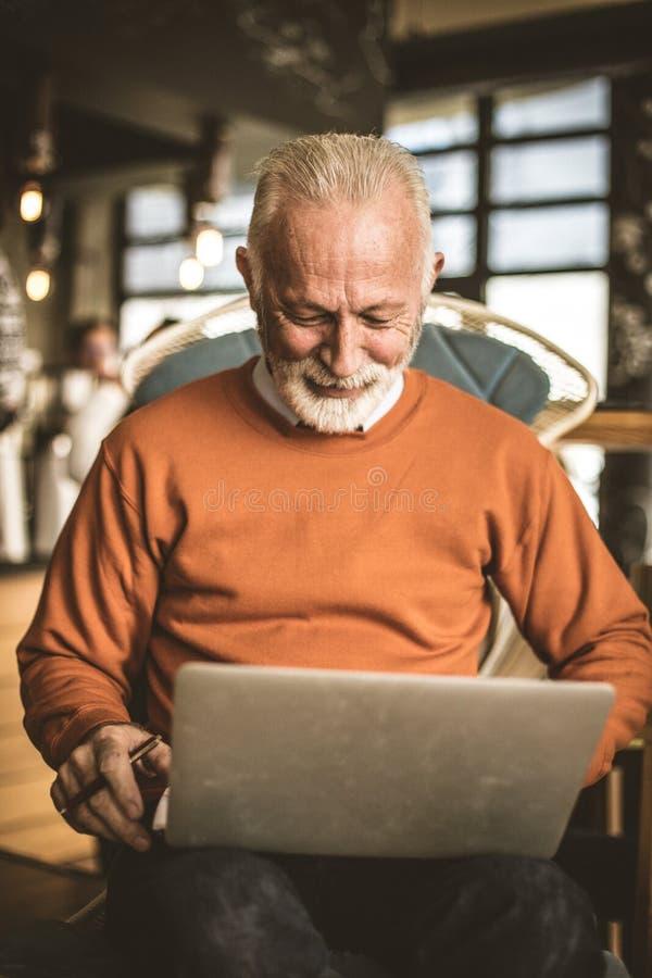 关闭工作在他的家的资深商人的图象 免版税库存照片