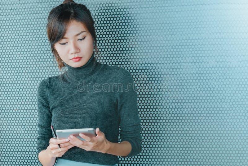 关闭工作在片剂的亚裔女商人 免版税库存图片