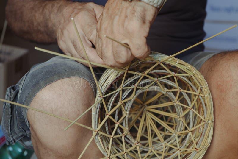 关闭工作在篮子的柳条工匠 库存照片