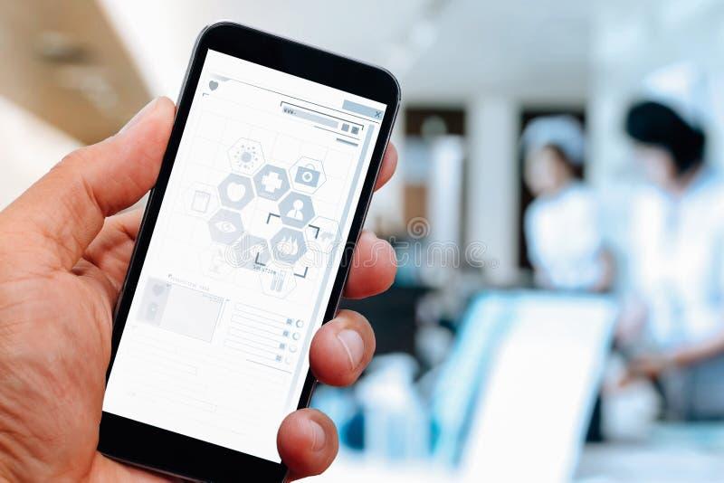 关闭巧妙的医生手与手机一起使用 免版税库存照片