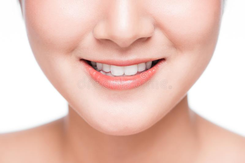 关闭年轻亚裔妇女微笑有伟大的健康白色牙的 库存照片