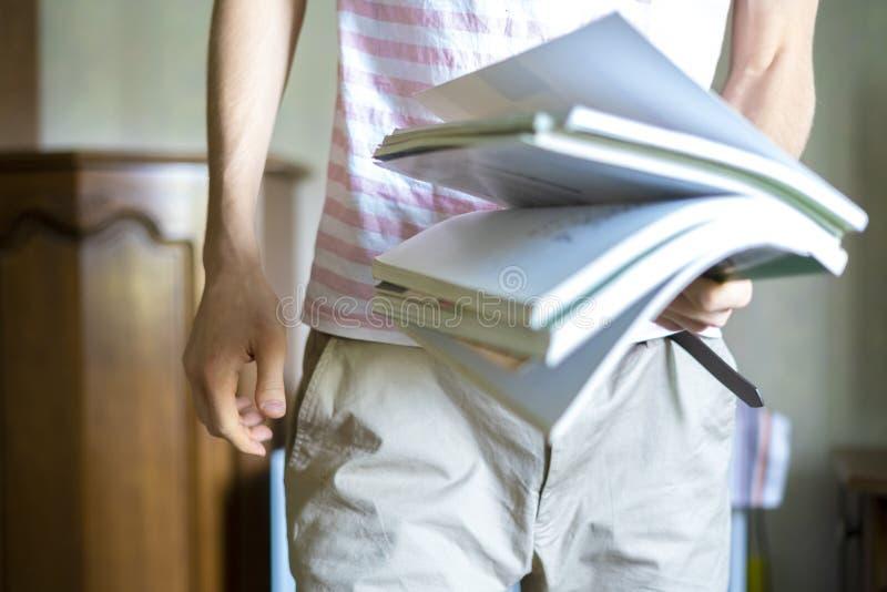 关闭年轻学生holidng束书在大学f 免版税库存照片