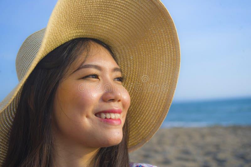 关闭年轻美丽和愉快的亚裔韩国旅游妇女生活方式画象夏天帽子微笑的快乐对热带isl 库存图片