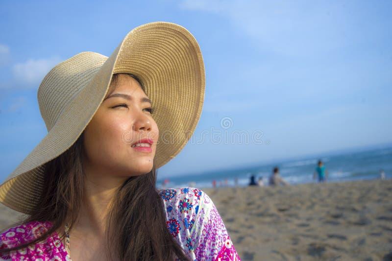 关闭年轻美丽和愉快的亚裔韩国旅游妇女生活方式画象夏天帽子微笑的快乐对热带isl 库存照片