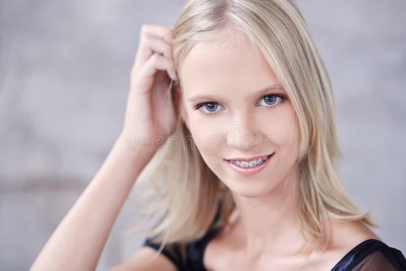 关闭年轻blons微笑的妇女画象  库存图片