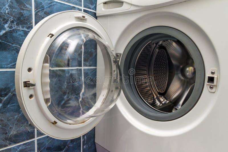 关闭开放洗衣机在卫生间里 库存照片