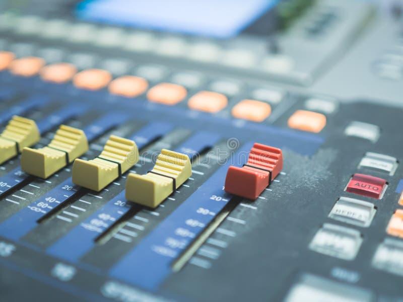 关闭录音室的数字混合的控制台 免版税图库摄影