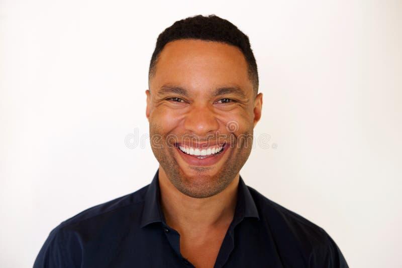 关闭微笑反对白色背景的非裔美国人的年轻人 库存图片