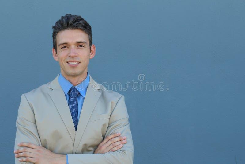 关闭微笑对照相机的一个英俊的年轻典雅的商人的图片 图库摄影